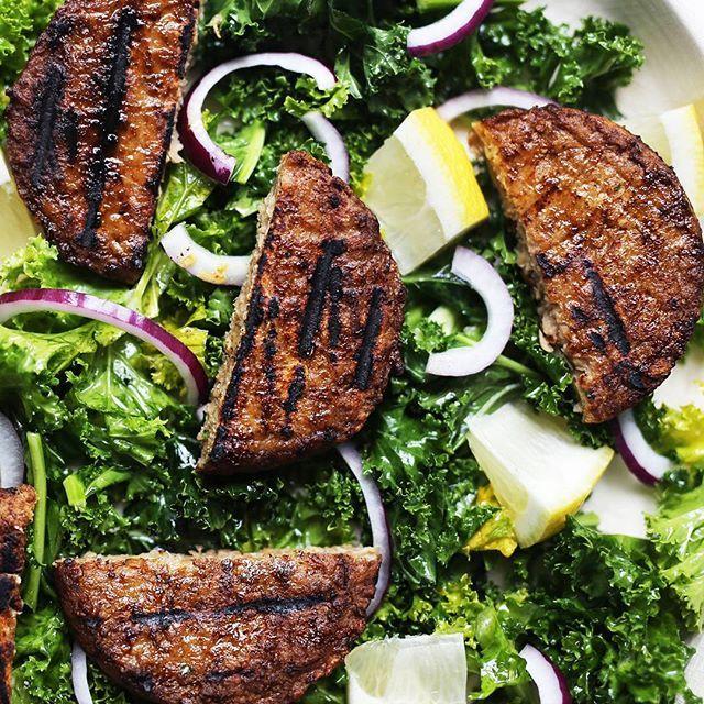 Varier burgermiddagen i sommer! Vi anbefaler grillede burgere med god grønnkålsalat😋🍔🌱(Se link i bio for oppskriften) #veganfoodshare #HälsansKök #meatless #meatfree #kjøttfritt #vegannorway