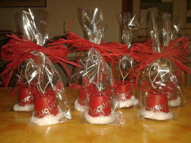 Piccoli cadeaux di Natale. Campanelle fatte a mano da appendere all'albero.