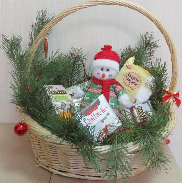 Подарочная корзина из лозы с детскими подарками.