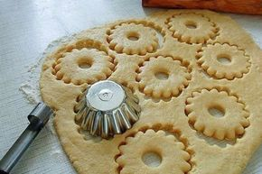 Karácsonyi keksz, ebből a tésztából aprósütemény, de akár lekváros finomság is lehet!