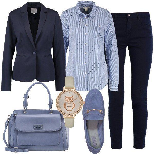 I pantaloni in cotone blu taglio jeans sono a vita alta e arrivano alla caviglia. Sono abbinati alla camicia in cotone modello slim fit azzurra con piccoli decori blu e alla giacca blu chiusura mono bottone modello aderente. Ai piedi mocassini in camoscio azzurri con catena dorata sul collo del piede e come borsa un modello al braccio azzurro con tasca sul davanti. Per finire orologio con cinturino beige e quadrante con decori e strass dorati.