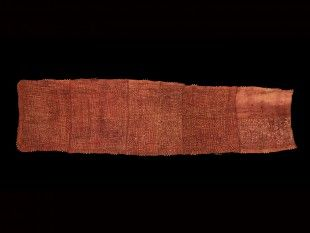 72 Wickelgewand Kuba, DR Kongo Raphia. B 82 cm. L 304 cm.