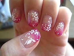 Doe over je gehele nagel glitter nagellak  laat het drogen en doe er dan (op de bovenkant van je nagel) een kleurtje nagellak op.  Maak daarna met een kleur nagellak bloemetjes of andere versiersels op je nagel!  -Verschillende kleuren combinaties mogelijk.
