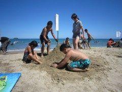 鳥取砂丘海水浴場を舞台に行われる夏の恒例行事砂丘砂もり大会です 1チーム3名 or 4名で道具を使わず素手のみで制限時間20分でどれだけ高く砂を盛れるかを競う大会です 全チームに参加賞あり 優勝目指して頑張ろう  開催日2016年8月7日 開催時間受付9:0010:00スタート10:10 tags[鳥取県]