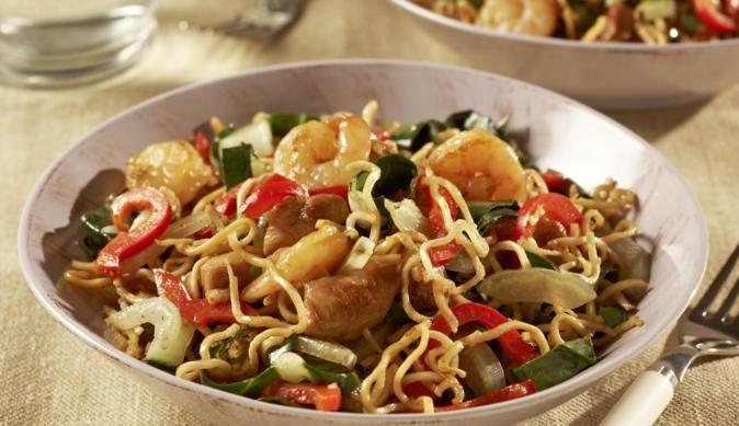 Du bist ein Fan der asiatischen Küche? Probier doch unser Rezept für Bami Goreng mit Krabben, saftiger Hähnchenbrust, knackigen Paprikaschoten und Knoblauch!