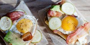 Утренний тост с яйцом, авокадо и беконом