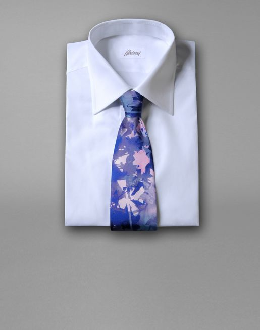 brioni.com|TIE WITH FLORAL MOTIF|An exclusive printed silk tie for adding a touch of color to your look. An artwork created exclusively for Brioni featuring impressions and layering on film: natural elements and floral compositions alternate in a luxuriant silk garden.