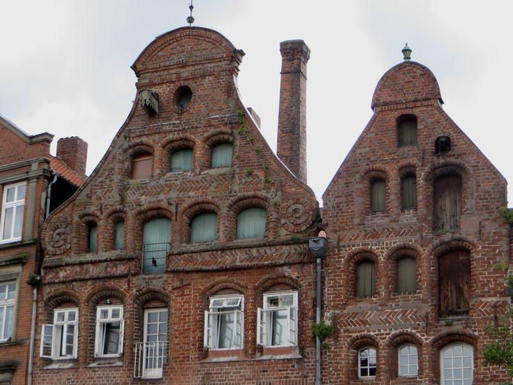 Lunebourg, ville de basse-Saxe, doit son extrême richesse au Moyen Age au commerce du sel et à son appartenance à la Hanse. La ville n'a pas trop souffert durant la deuxième Guerre mondiale et conserve un riche patrimoine architectural.