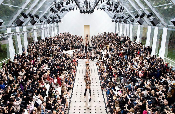 'See Now, Buy Now' er et nyt fænomen inden for marketing og mediering af modeshows, hvor forbrgeren kan købe modetøjet direkte når det præsenteres til modeugerne.…