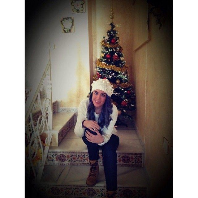 Sonia posando bajo su árbol de Navidad