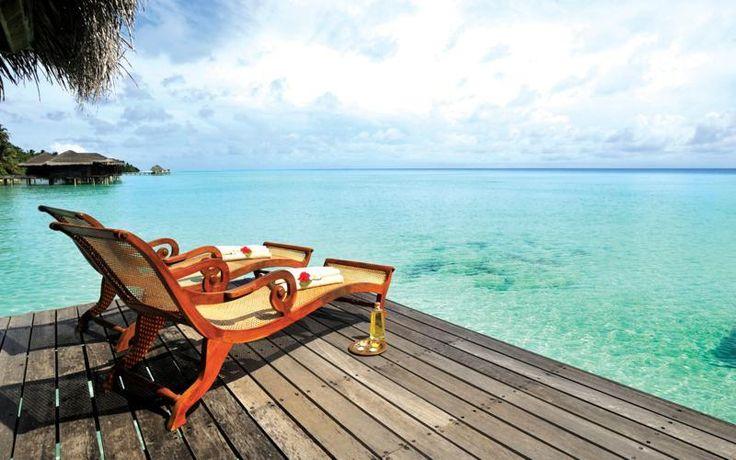 Tắm nắng là một kiểu thưởng thức đặc trưng ở biển.
