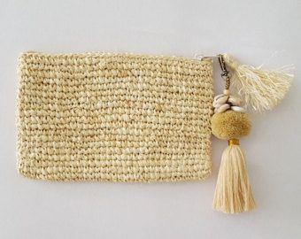 Doit avoir paille colorée neutre d'été / d'embrayage sac à main avec pompon en raphia et coton franges raphia ! Fabriqué à partir de l'herbe tissé, paille / raphia. A coquillages estival autour du sommet ! La pochette est entièrement doublée d'une doublure en coton et se ferme avec une fermeture à glissière. La bourse est 9,5 pouces x 6 pouces. Juste pour s'adapter à l'argent, rouge à lèvres et iphone, tout ce que vous avez besoin ! départ à colliers de gland super mignon d'été -...