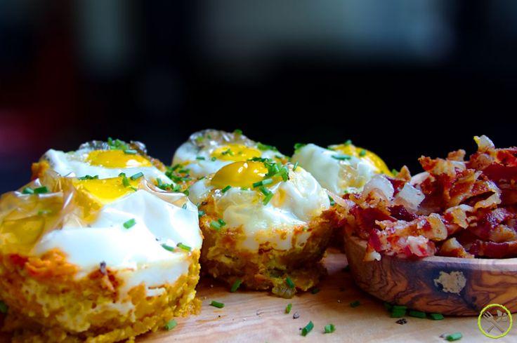 #PALEO #EI IN EEN #NEST: Aangezien je met paleo toch heel wat eieren verobert, is het broodnodig (figuurlijk lol) om veel variatie aan te bieden. Niets is zo saai als telkens hetzelfde roerei of omelet op je bord te zien… Dit paleo ei in een nest receptje kan je makkelijk verdubbelen om zo nestjes op voorraad in de koelkast te bewaren voor drukke morgends of zelfs als snack.