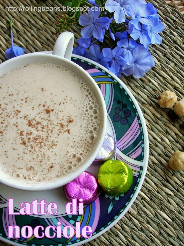 Latte di nocciole, facile da fare in casa e buonissimo sia freddo che caldo! #nocciole #ricette