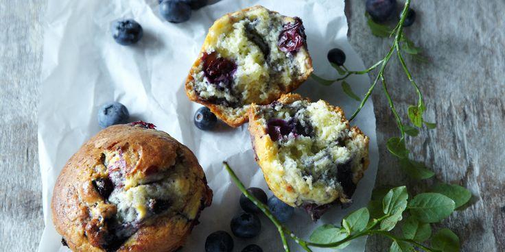 Väntar du spontanbesök? Baka våra snabba blåbärsmuffins och fikastunden är räddad! För blåbärssylt, se recept.