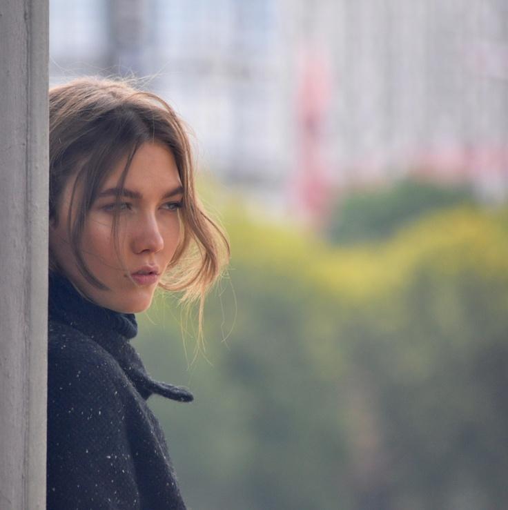 """Ho incontrato questa ragazza per le vie di Parigi. Questa sarebbe la risposta a """"ci siamo già visti da qualche parte?""""... Qualcuno sa chi è?"""