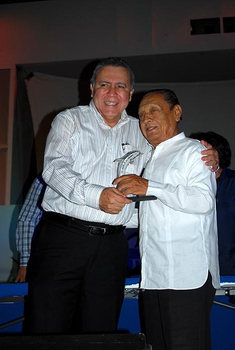El profesor Humberto Muñoz Lara recibió de manos del rector Sergio Augusto López Peña el galardón por los 50 años de la radiodifusión en Carmen.