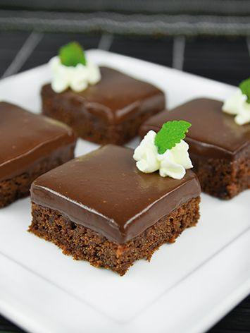 Bečke kocke Violeta Tijesto: ✦ 4 jaja  ✦ 19 dag šećera  ✦ 15 dag rastopljene Nestlé noir čokolade ✦ 20 dag maslaca  ✦ 2 žlice oštrog brašna  ✦ 1 prašak za pecivo  Ganache: ✦ ½ l vrhnja za šlag  ✦ 30 dag čokolade za kuhanje