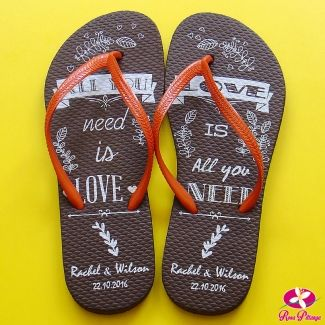 Chinelo personalizado para casamento. All You Need is Love - Love is All You Need! www.rosapittanga.com.br