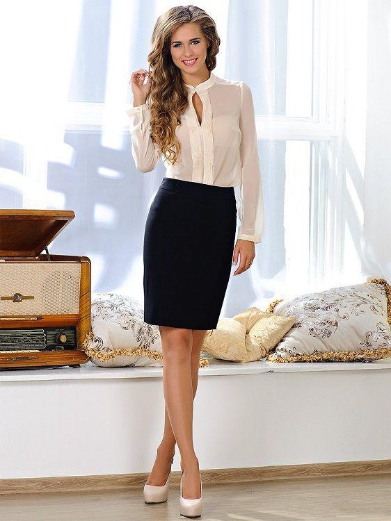 Девушка в черной юбке карандаш и белой блузке