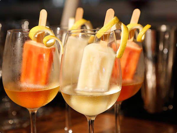 Ingredientes:  100 ml de Chandon Brut (para cada taça) Picolé de acerola ou caju(para cada taça) Taça de vinho Modo de preparo:  Em uma taça de vinho tinho, adicione bastante gelo e em seguida adicione 100 ml de Chandon Brut e finalize com um picolé de Acerola ou Caju