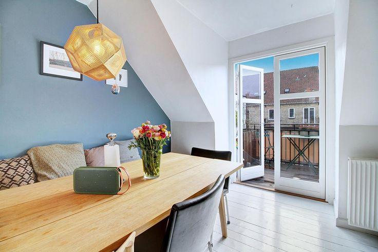 Ejerlejlighed til salg, København Ø - INDRETNING: Skøn og yderst charmerende bolig på det indre Østerbro. Lejligheden fremtræder i indflytningsklar stand og med mange fine detaljer og opbevaringsløsninger. Lejligheden byder på: fordelingsentré med plads til overtøjet, stort og lyst køkkenalrum med plads til det store middagsselskab og hvorfra der er direkte udgang til den solrige sydvendte altan. Her kan man nyde solen fra den står op i øst til ned i vest. Altanen er stor og der er rigelig…