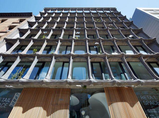 De façade van dit pand in New York is net een skelet. New York, SoHo - Architect Peter Guthrie