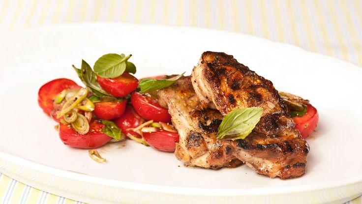 Grillet kyllinglår med tomatsalat - NytNorge