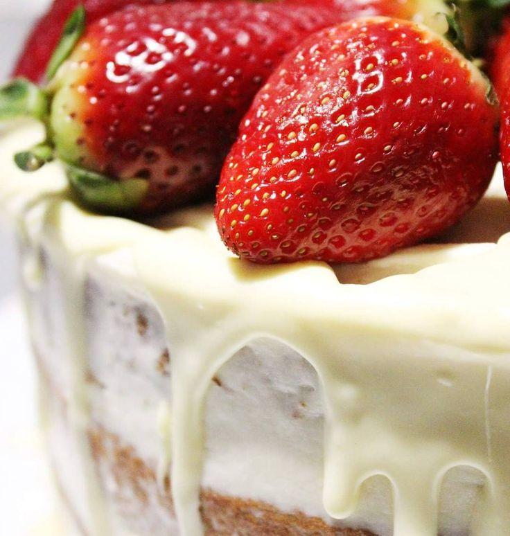 Domani sul #blog la ricetta di questa meraviglia. Una torta fragolosa soffice ripiena di #panna e crema al #mascarpone con la croccantezza dei semi di papavero e dei pezzetti di #fragola .Per finire una cascata di glassa al #cioccolato bianco. Non perdetevela!  #pisa #unipi #cookissbakery #ricetteperpassione #dolce_salato_italiano #ptk_food #italianfoodblogger #foodstagram #foodie #cuisine_captures #colazioneitaliana #solocosebuone #_dolcivisioni_ #foodphotography #food #foodstyling…