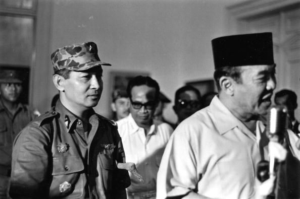 Soeharto di belakang Sukarno, Maret 1966. Foto: Beryl Bernay/gettyimages.com.