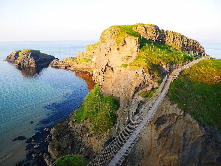 Carrick-a-rede hangburg noord ierland - Northern Ireland - Bridge - Carrick-a-rede bridge - Bucketlist -  Coast - Coastal Highway - Noord-Ierland - Bucketlist / Wanderlust