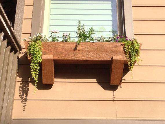 Boîte de planteur de fenêtre personnalisée. Fabriquées selon les spécifications de windows du client. Le prix varie selon les matériaux et la conception. Comme le montre tout le bois est de cèdre et la main coupé. Environ 31 pouces de long par 10 pouces de profondeur et de 8 pouces d'épaisseur. Les angles et les supports sont un modèle de 20 degrés conçu par moi. La boîte sera durable et assemblé avec du vrai cèdre ou autre serait de votre choix. J'utilise un gabarit Kreg pour plus de…