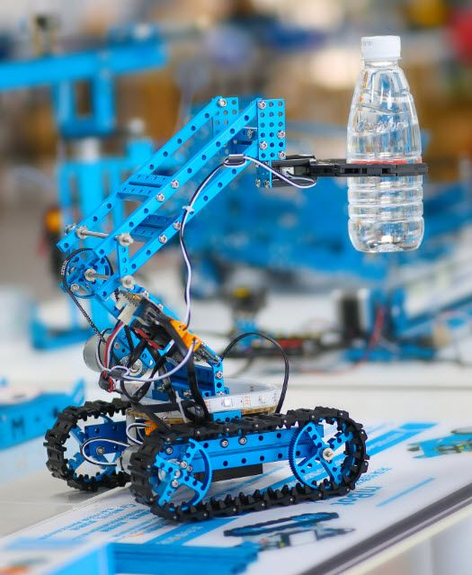This is the ultimate pick and place robot kit for adults or makers, which can be assembled into 10 different robotics.
