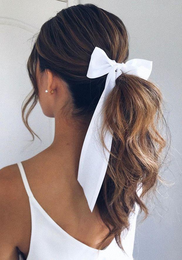 Dale la vuelta a los bad hair days con estas ideas de peinados originales, rápidos y fáciles para cada día de la semana. ¡Verás que te ahorrarán tiempo y esfuerzo en las mañanas! Daily Hairstyles, Scarf Hairstyles, Messy Hairstyles, Pretty Hairstyles, Wedding Hairstyles, Ribbon Hairstyle, Hair Bow, Instagram Hairstyles, Aesthetic Hair