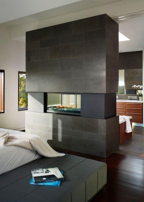 КРОВАТЬ КУБИКАМИ Двухсторонний камин превратился в потрясающий композиционный центр в спальне. Его теплом можно наслаждаться, лёжа как в постели, так и в ванной.