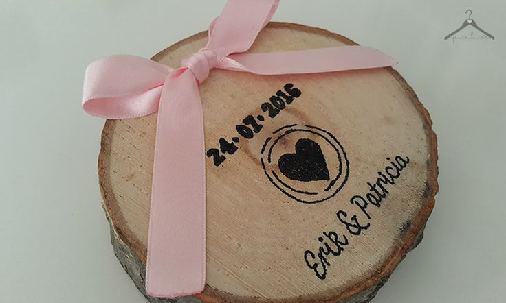 Porta alianzas de madera personalizado con logo de boda y lazo rosa bebé