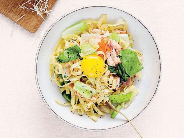 Pasta med varmrökt lax, fänkål, pak choi, äggula och pepparrot | Recept från Köket.se