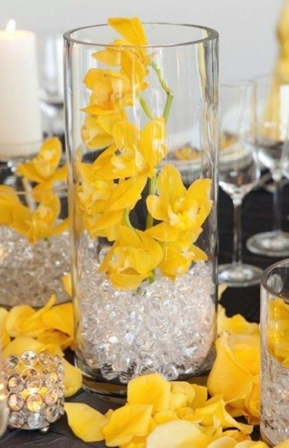Centre de table vase pour votre événement, avec orchidée jaune, et perles d'eau   #orchidée #perles d'eau #vase #flowers http://www.instemporel.com/s/3531_97447_perle-eau-mariage