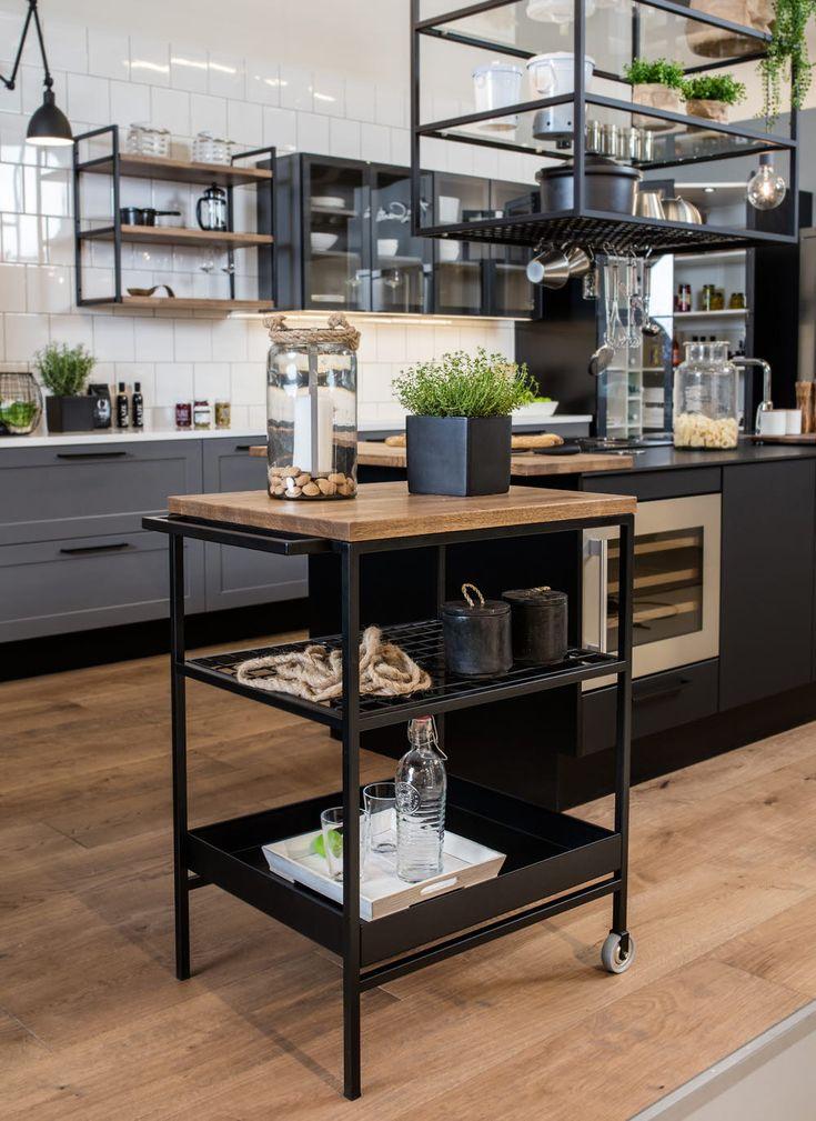 A la Carte -keittiöt Bistro  Circolo, Alone ja Ferro. Edessä tarjoiluvaunu sekä katossa kattohyllykkö. #keittiö #kitchen #bistro