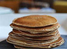 Ma recette de pancakes à la farine de châtaigne sans gluten et sans lait de vache. Je la fais régulièrement le week-end, j'adore vraiment ce petit goût de châtaigne qui change tout !