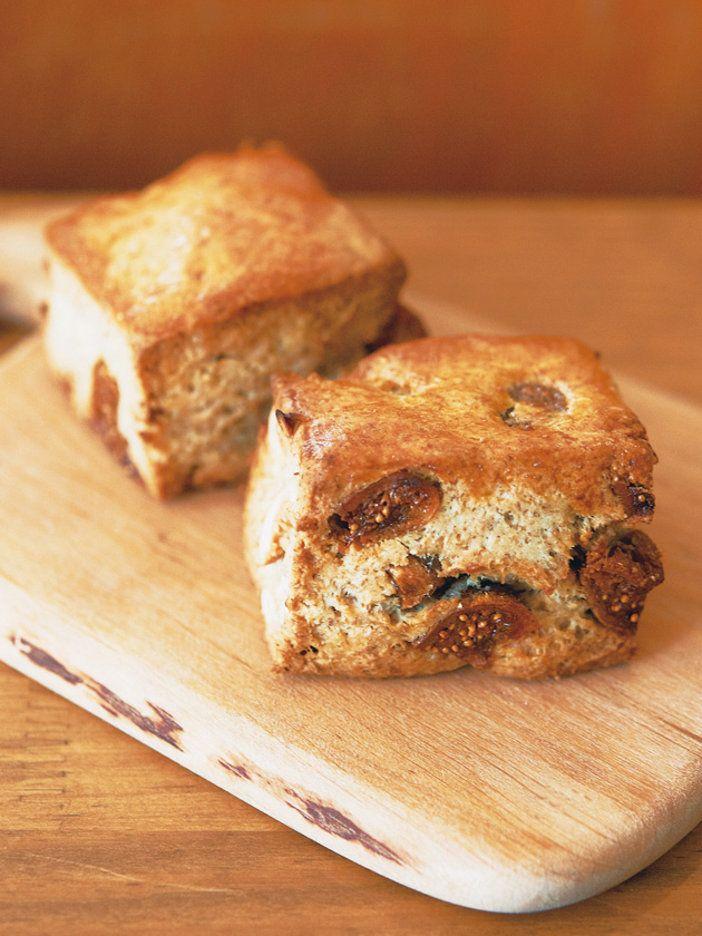 いちじくの甘みとライ麦の香ばしさがマッチ。「サンデーベイクショップ」の嶋崎かづこさんお得意のスコーンをライ麦、いちじくとカシューナッツで秋味に。秋に時折登場していた、嶋崎さんが好きな組み合わせ。|『ELLE a table』はおしゃれで簡単なレシピが満載!