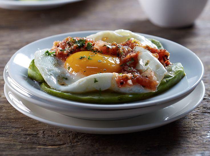 Huevos estrellados sobre nopal y salsa roja