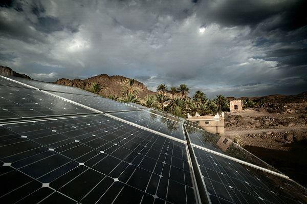Novo tipo de painel fotovoltaico promete captar energia da chuva