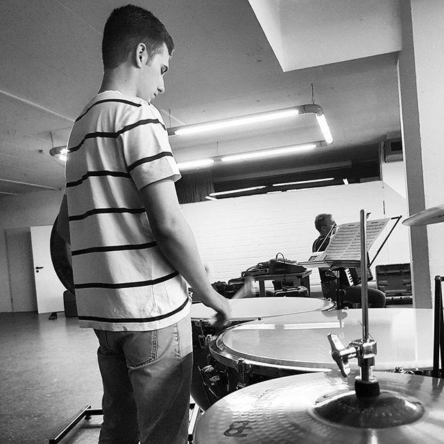 Reposting @benjamin.steinmann: Day 4/100 ♫ #100daysofpractice  Heute morgen habe ich mich meinen Klavier- und Schlagzeugstücken gewidmet. Danach ging es straight nach Mannheim in den Gesangsunterricht. Anschließend in die Musikschule zum schulpraktischen Klavierspiel-, Gehörbildungs & Theoriekurs. Kurz darauf hatte ich meine erste Probe im Akkordeonorchester für das kommende Herbskonzert.  #timpani #100daysofpracticechallenge #percussionist #percussion #adams #drums #music #orchestra…