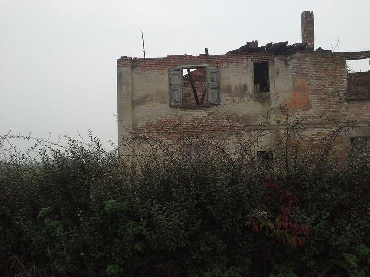Un altro rudere lungo la via Emilia. Sempre vicino a Castelfranco Emilia e la particolarità di questo scheletro di casale si trova all'interno di un'area dove è presente una bella casa signorile.