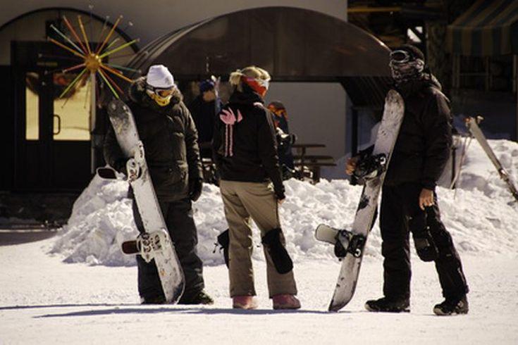 Manoplas vs Guantes de snowboard. La pregunta de los guantes o las manoplas es un debate contemporáneo entre los que practican snowboard en todas partes. Algunos prefieren los guantes para tener destreza en las manos y los dedos, mientras que otros prefieren las manoplas por su simplicidad y ...