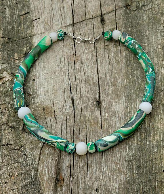 Collana fatta a mano in fimo circolare verde e fluo