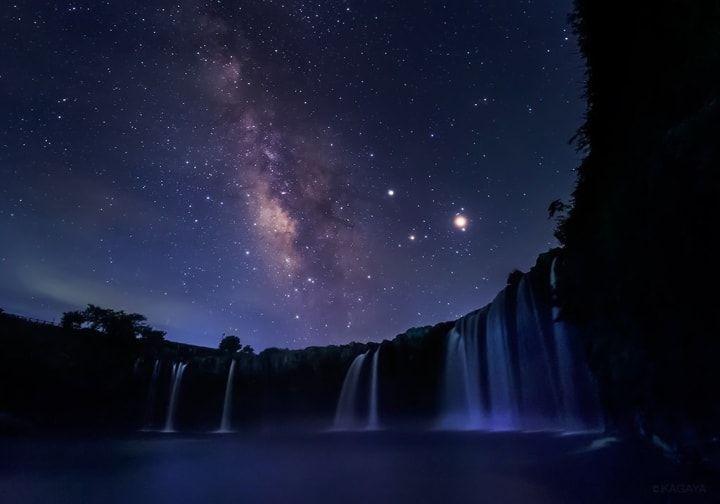 滝の上にあらわれた天の川 | 悩みやストレスなんて忘れてしまう、10枚の美しい空の写真