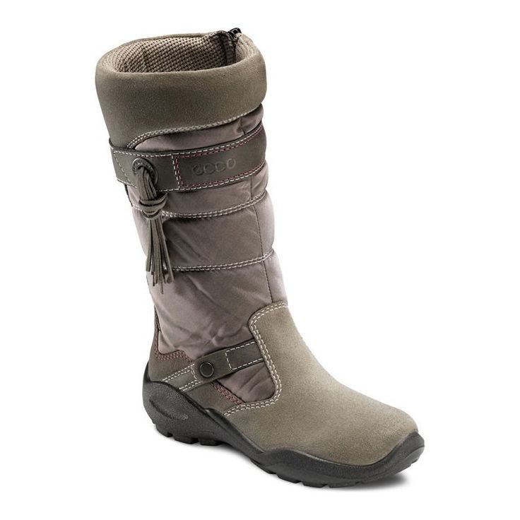 Модные сапожки с великолепной отделкой и молнией с внутренней стороны. Защита от проникновения влаги и циркуляция воздуха обеспечивают максимальный комфорт. Утепленная подкладка сохраняет тепло в течение всего дня. Сменная стелька продлевает жизнь обуви и создает оптимальный внутренний климат для стопы. Легкая, гибкая, износоустойчивая подошва для приятных прогулок.