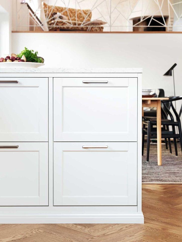 Pärlgrå kök är sobert vackra och lämpar sig väl för bearbetade luckor. Köket Gastro är en ram och spegellucka med rak ytterprofil och fasad innerprofil. Förutom som ett pärlgrå kök finns Gastro även i Vit, Gräddvit, Lindblomsgrön och Ostronbeige.
